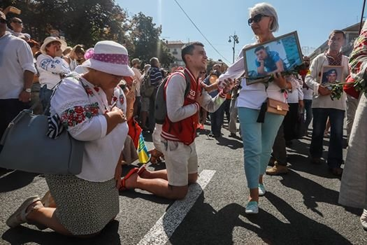 Дончанин на коленях перед матерью погибшего героя