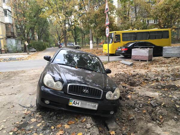 В Мариуполе автомобиль влетел в траншею, оставленную строителями, - ФОТОФАКТ, фото-2