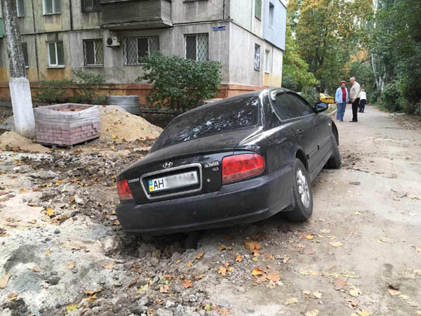 В Мариуполе автомобиль влетел в траншею, оставленную строителями, - ФОТОФАКТ, фото-1