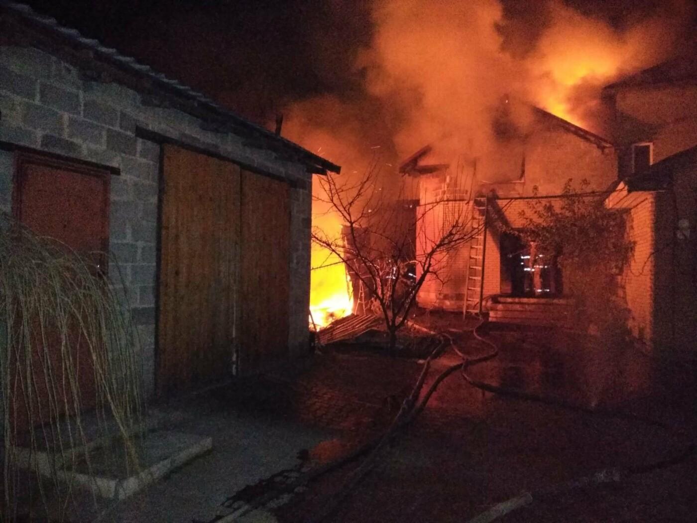 В Мариуполе пожар в частном доме тушили 17 спасателей, - ФОТО, ВИДЕО, фото-1