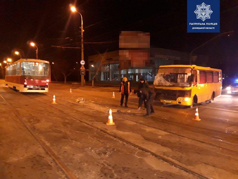 На таран! В Мариуполе автобус врезался в трамвай, -  ФОТО , фото-1
