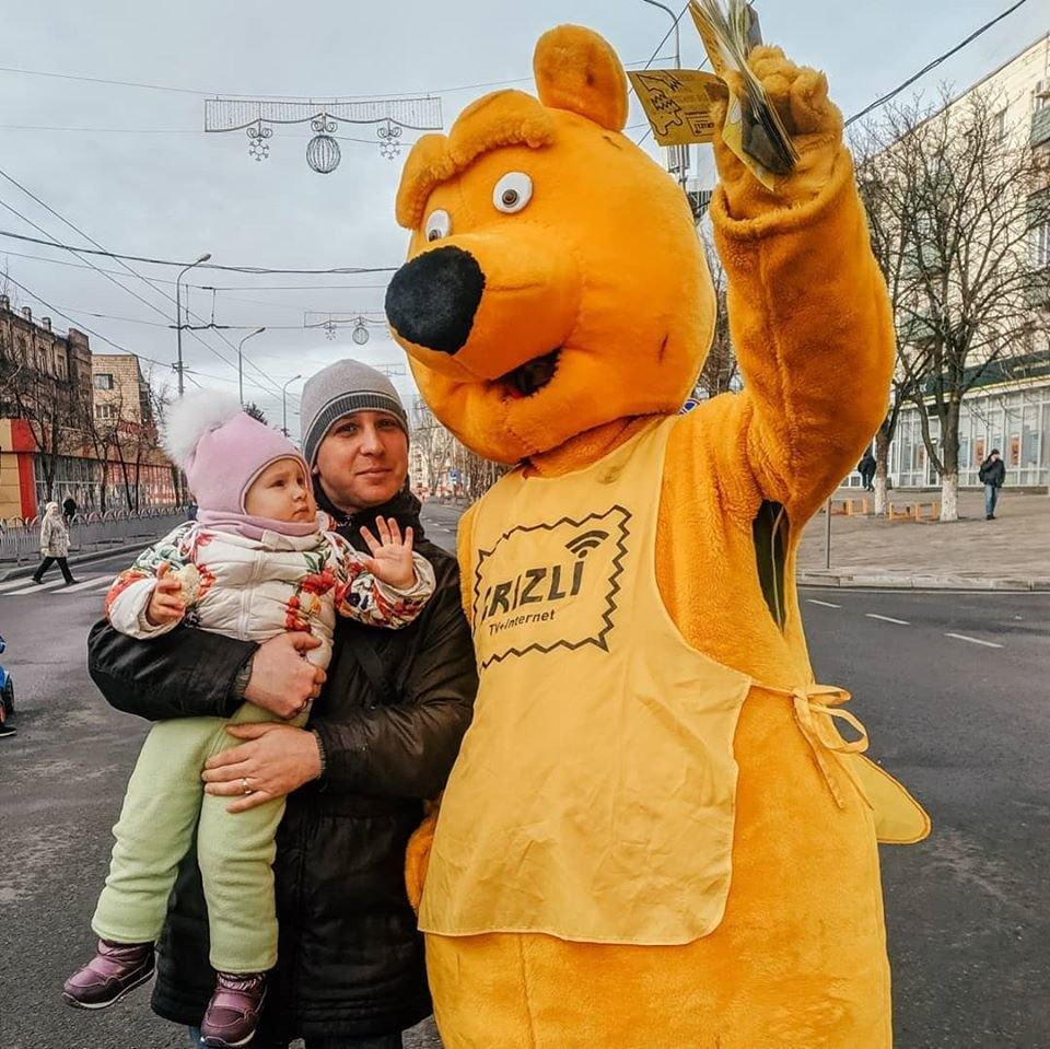 Желтый медведь на гироскутере раздаёт деньги на улицах Мариуполя!, фото-2