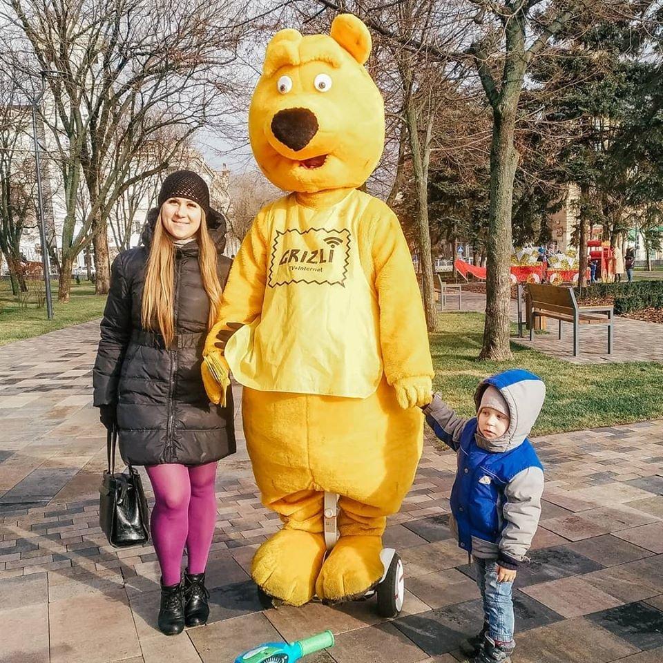 Желтый медведь на гироскутере раздаёт деньги на улицах Мариуполя!, фото-3