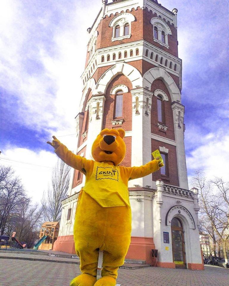 Желтый медведь на гироскутере раздаёт деньги на улицах Мариуполя!, фото-1