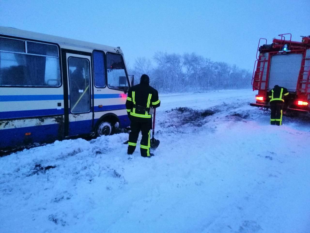 Ситуация на трассах Донецкой области: из снежных заносов спасли 68 человек, - ФОТО, фото-2