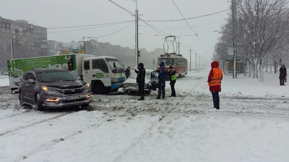 В Мариуполе грузовик с мороженым  остановил трамваи,- ФОТО, фото-1