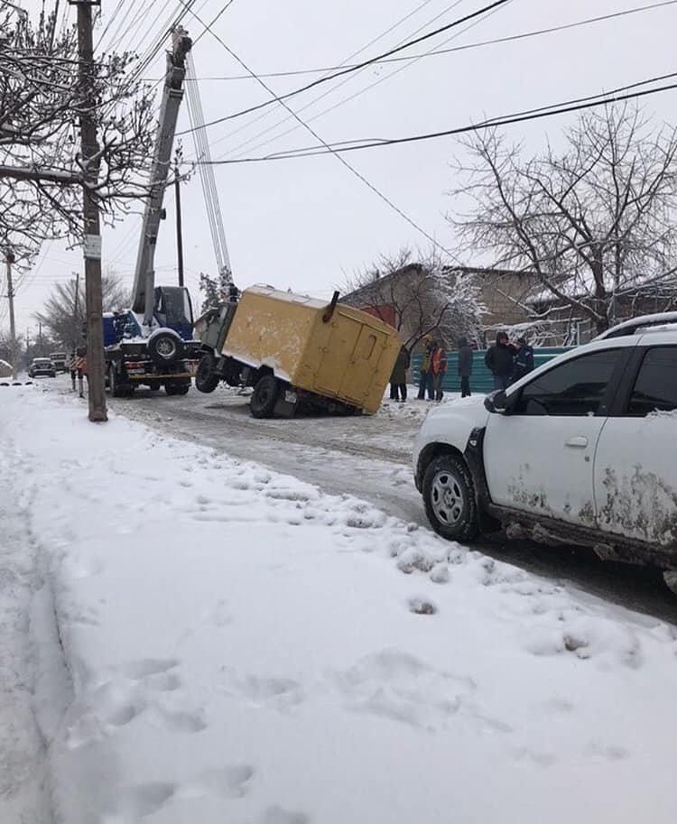 В Мариуполе грузовик провалился под асфальт,- ФОТО, фото-1