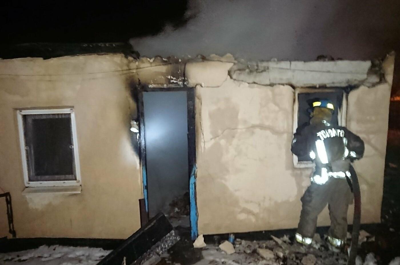 Пожар в полночь. В Мариуполе сгорела крыша дома, - ФОТО, фото-1