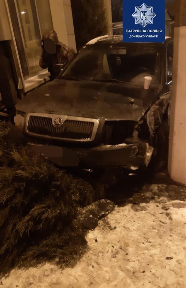 """В Мариуполе водитель """"Шкоды"""" снес тую, - ФОТО, фото-1"""