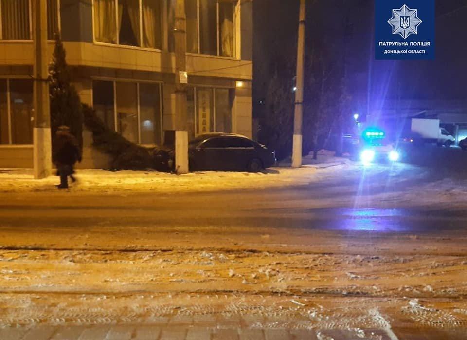 """В Мариуполе водитель """"Шкоды"""" снес тую, - ФОТО, фото-2"""