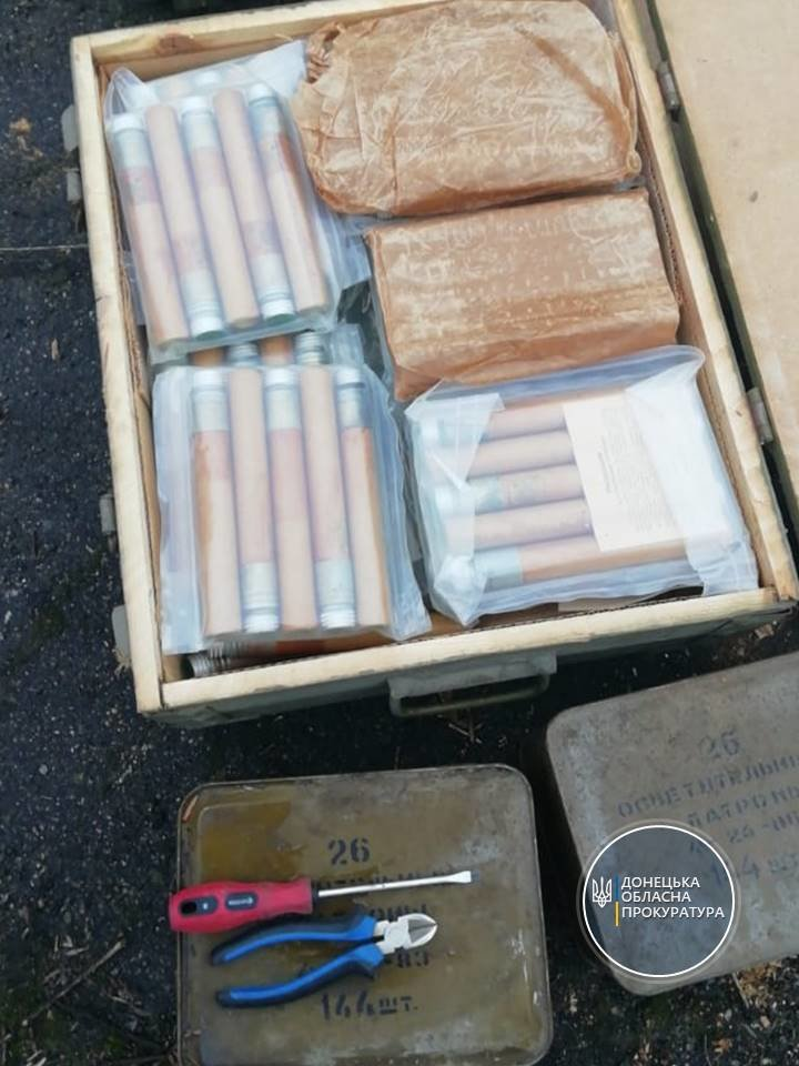 """В мариупольской """"заброшке"""" нашли более 1000 гранат и 50 пистолетов, - ФОТО, фото-3"""