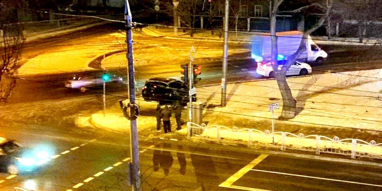 Машина вдребезги, водитель госпитализирован. В Мариуполе Renault врезался в столб, - ФОТО, фото-1