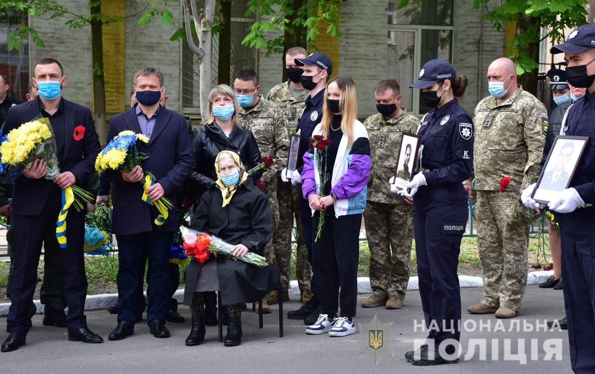 В Мариуполе почтили память погибших под ГУВД правоохранителей, - ФОТО, фото-4