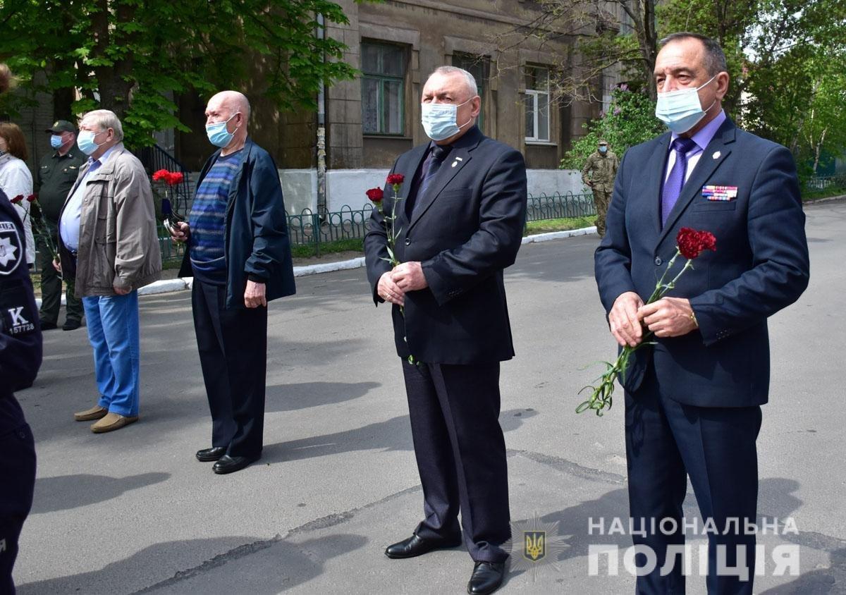 В Мариуполе почтили память погибших под ГУВД правоохранителей, - ФОТО, фото-9
