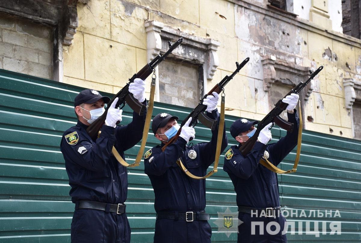 В Мариуполе почтили память погибших под ГУВД правоохранителей, - ФОТО, фото-6