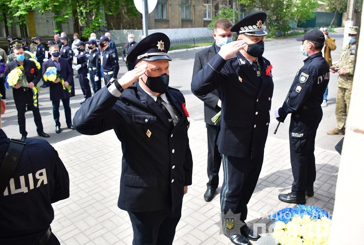 В Мариуполе почтили память погибших под ГУВД правоохранителей, - ФОТО, фото-7