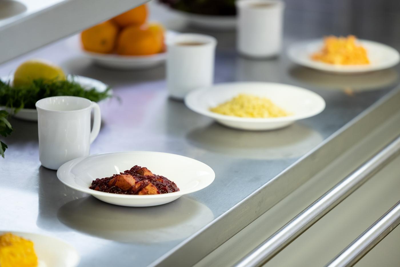 Без солі, сосисок та консервів. Чим годуватимуть дітей у шкільних їдальнях Маріуполя, - ФОТО, фото-4