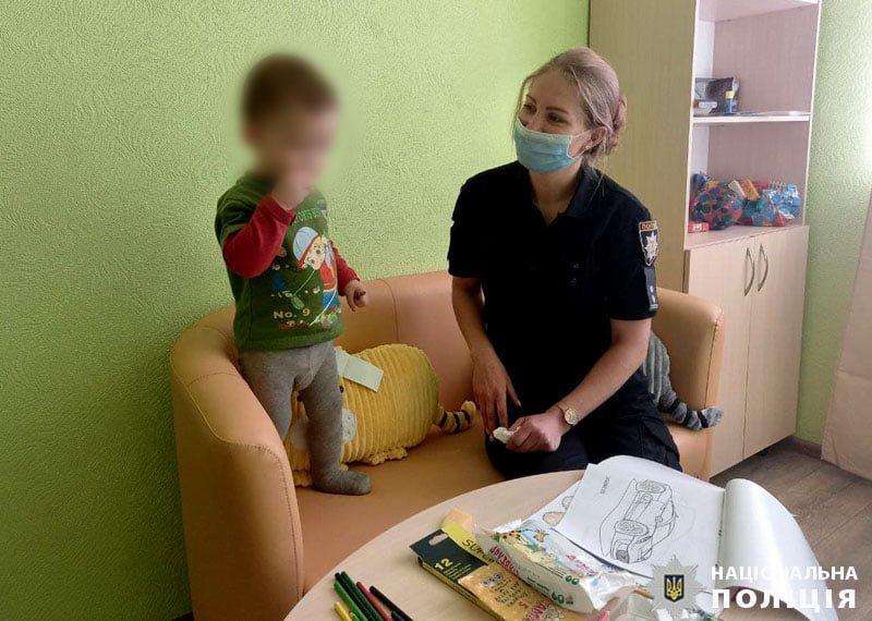 В Мариуполе 2-летний ребенок едва не попал под машину, - ФОТО, фото-1