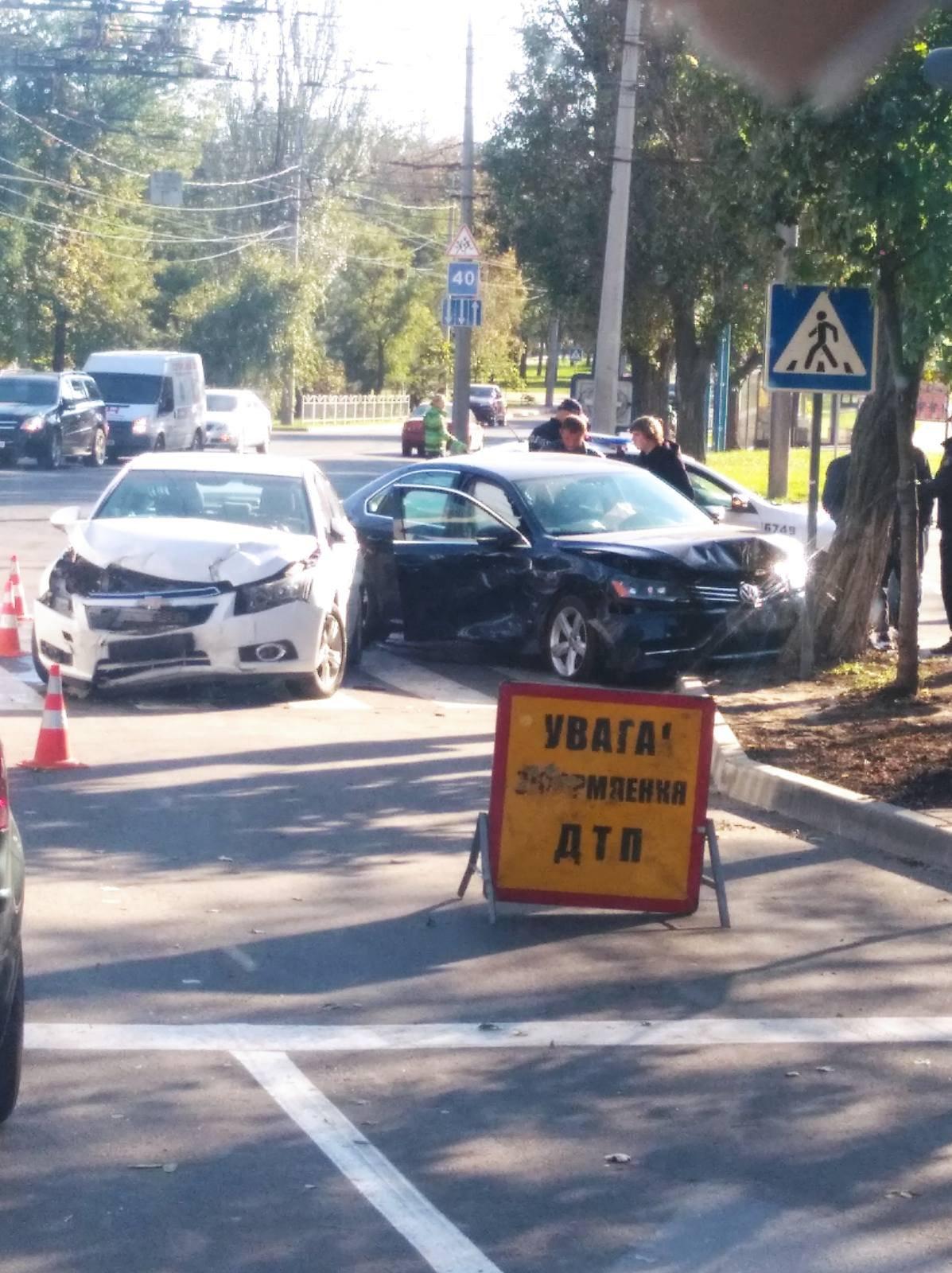 Разбиты два авто. В Мариуполе на перекрестке столкнулись иномарки, - ФОТО, фото-1